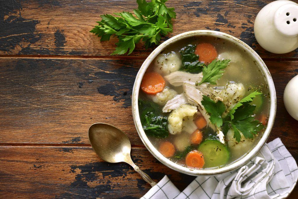 Fertige Hühnersuppe in einer kleinen Suppenschüssel